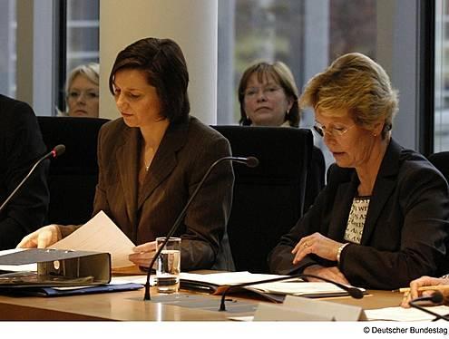 Konstituierende Sitzung des Ausschusses für Gesundheit. Bundestagsvizepräsidentin Katrin Göring-Eckardt, Bündnis90/Die Grünen, (links) mit der Ausschussvorsitzenden Dr. Martina Bunge, Die Linke. (rechts).
